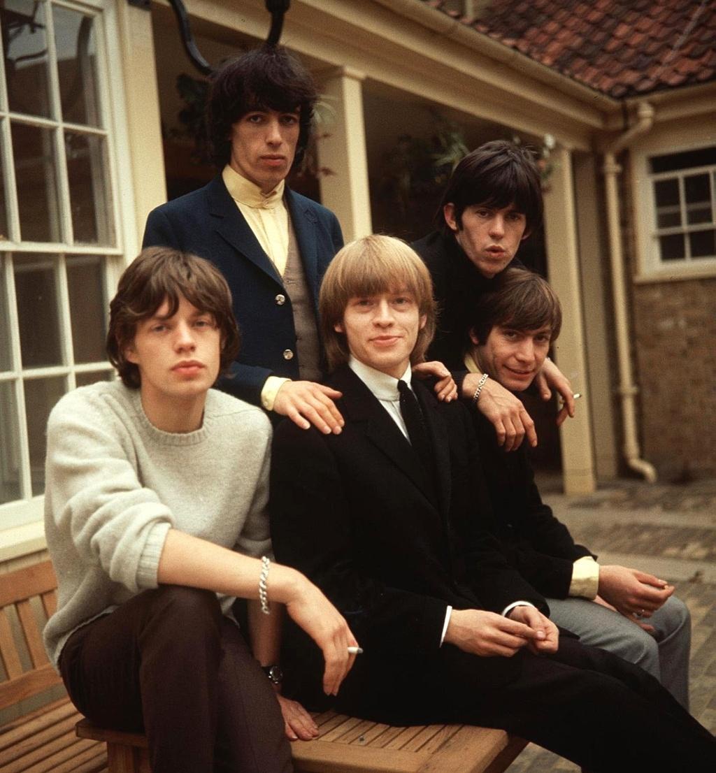 Os integrantes dos Rolling Stones Mick Jagger, Bill Wyman, Brian Jones, Keith Richards e Charlie Watts (1964)