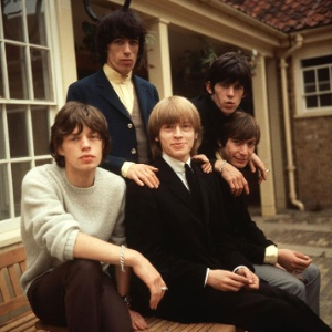 Os integrantes dos Rolling Stones Mick Jagger, Bill Wyman, Brian Jones, Keith Richards e Charlie Watts (1964)