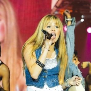 Atriz Miley Cyrus interpretando Hannah Montana durante o concerto