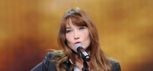 Cantora Carla Bruni em apresentação na 22ª edição do Telethon da França (06/12/2008)