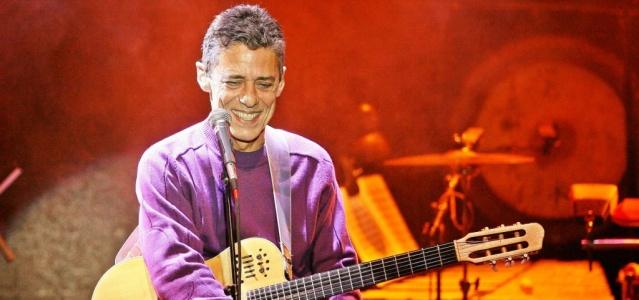 Música o cantor e compositor Chico Buarque no show de encerramento da turne