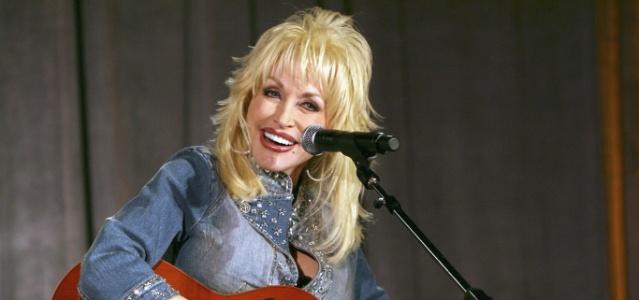 Dolly Parton durante apresentação em evento na Califórnia, EUA (04/03/2006)