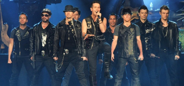 Integrantes dos grupos New Kids on The Block e Backstreet Boys se apresentam juntos em Toronto, Canadá (08/06/2011)