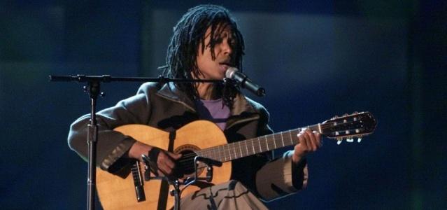 O cantor Djavan canta durante a cerimônia de entrega do prêmio Grammy Latino (13/09/2000)