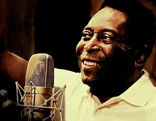 Pelé cantando em imagem de divulgação da música